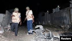 Cảnh sát xem xét hiện trường 1 vụ nổ bên ngoài khách sạn Jazira ở Mogadishu, 1/1/2014
