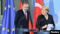 Kanselir Jerman Angela Merkel (kanan) dan PM Turki Recep Tayyip Erdogan di Berlin, Jerman (foto: dok). Merkel mengecam tindakan kerasa Turki terhadap demonstran.