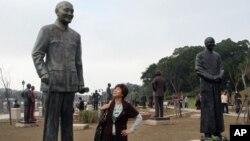 """和蒋介石塑像""""近距离接触"""""""