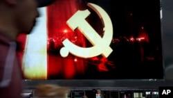 中国上海市公交车站后面大型电子屏幕显示的中共党徽。(2017年10月14日)
