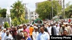 Jeneza la Profesa Mazrui linapelekwa makaburini Kibokoni Mombasa.