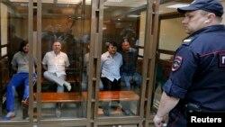 Подсудимые по делу об убийстве Анны Политковской в зале суда в Москве. Россия. 9 июня 2014 г.