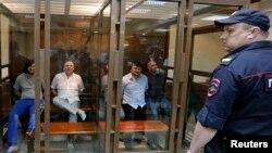 6月9日年枪杀俄罗斯著名记者安娜•波利特科夫斯卡娅的五名男子在法庭上接受庭审