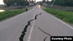 Jalan Utama Medan-Banda Aceh di kawasan Pidie yang terkena dampak gempa, Rabu 7/12. (Foto courtesy: Afiliasi VOA)
