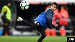 Cristiano Ronaldo Jr, fils de l'attaquant portugais du Real Madrid Cristiano Ronaldo, joue avec un ballon après un match à Madrid, le 10 février 2018.