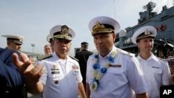 Komandan Angkatan Laut Filipina, Brig. Francisco Gabudao Jr.(kiri) bersama komandan Flotilla Armada Pasifik Angkatan Laut Rusia, Laksamana Muda Eduard Mikhailov di pelabuhan Manila, 3 Januari 2017. (AP Photo/Aaron Favila)