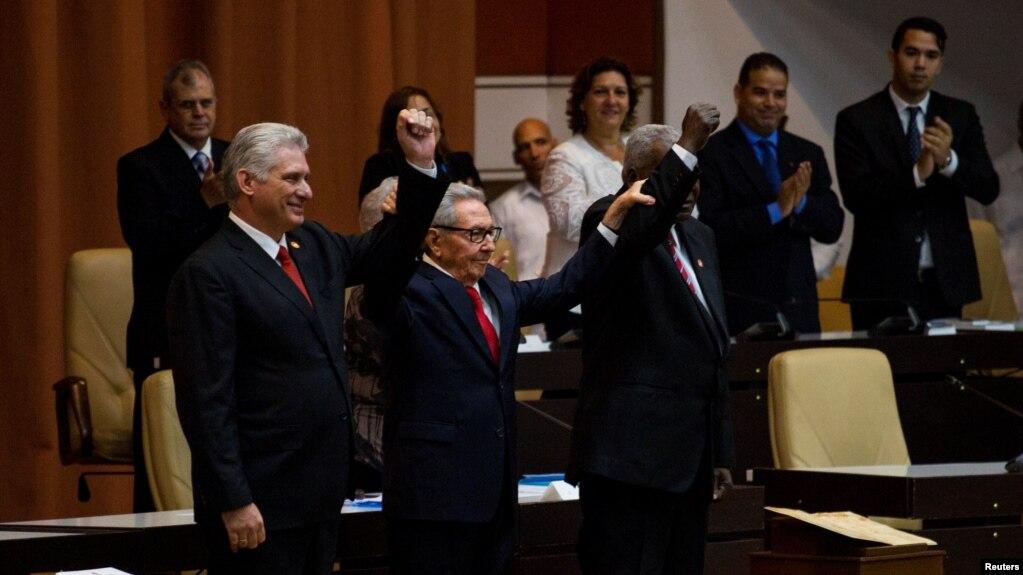 Chủ tịch Cuba Miguel Diaz Canel (trái) và tổng bí thư Đảng Cộng sản Cuba Raul Castro (giữa)