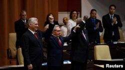 El presidente cubano Miguel Díaz-Canel (izq,), el líder del Partido Comunista de Cuba Raúl Castro (centro) y el presidente de la Asamblea Nacional Esteban Lazo durante la promulgación de la nueva constitución en La Habana.10 abril de 2019. Foto: Irene Pérez, Cortesía Cubadebate.