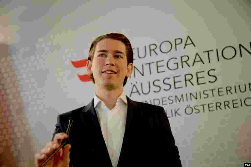 وزیر خارجه ۲۸ ساله اتریش در میهمانی صبحانه با خبرنگاران به شوخی گفت «اگر احتمالا به سن و سال من فکر میکنید، به شما اطمینان میدهم که همه همکاران من در کابینه از من مسن تر هستند.»