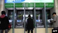 Khách hàng sử dụng máy ATM tại Ngân hàng Nonghyup ở Seoul, ngày 3/5/2011