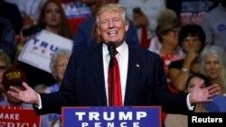 Donald Trump berbicara dalam acara kampanye di Akron, Ohio, Senin (22/8).