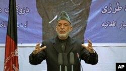 အာဖဂန္သမၼတ ဟာမစ္ ကာဇိုင္း (Hamid Karzai) ကဘူးၿမိဳ႕မွာ စကားေျပာၾကားေနစဥ္။ (ဧၿပီ ၁၇၊ ၂၀၁၂)