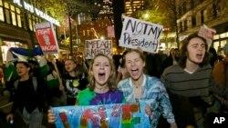 Những người biểu tình chống ông Trump ở Seattle.