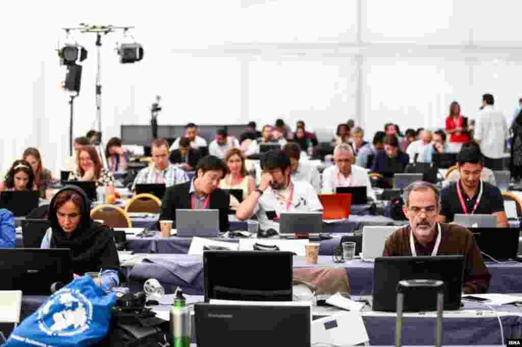 خبرنگاران در محل مخصوص رسانه ها در مذاکرات هسته ای در وین