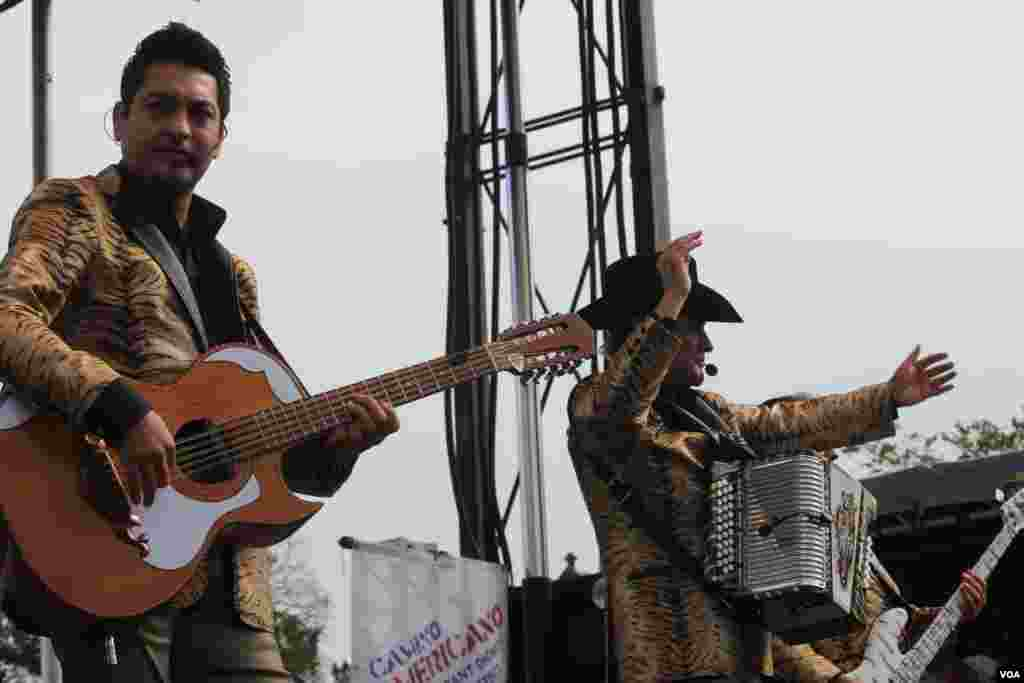 La música de Los Tigres del Norte lleva esperanza a los inmigrantes indocumentados en EE.UU. durante marcha organizada por Casa en Acción y otras organizaciones.