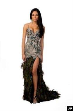 ນິດຕະຍາ ປານມາໄລທອງ ໃນຊຸດລາຕີທີ່ຈະໃສ່ຂຶ້ນເວທີປະກວດ Miss USA 2012 ໃນຄືນວັນທີ 3 ມີຖຸນານີ້. ເປັນຊຸດທີ່ປັກດ້ວຍແກ້ວນິນ ແລະຫາງນົກຍຸງ ທີ່ Mac Duggal ນັກອອກແບບເສືອຜ້າອາເມຣິກັນ ຊື່ດັງແຫ່ງ Chicago ເປັນຄົນອອກແບບແລະຫຍິບໃຫ້ນິດຕະຍາຟີໆ ຫລັງຈາກທີ່ນິດຕະຍາໃສ່ຊຸດລາຕີ ສີແດງ ຂ