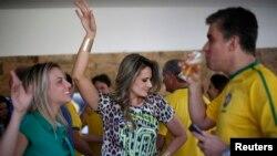 지난 6월 월드컵이 열린 브라질 브라질리아에서 이웃들이 모여 브라질 대표팀의 16강전을 응원하고 있다. (자료사진)