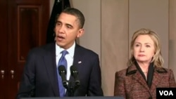 Presiden AS Barack Obama didampingi Menlu Hillary Clinton (kanan) menyampaikan pidato, Rabu malam waktu setempat (23/2) mengenai reaksi pemerintahannya terhadap kekerasan oleh rezim Libya.