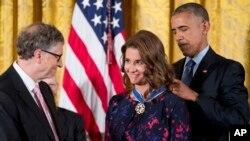 Obama Bill və Melinda Geytsə Azadlıq medalını təqdim edir
