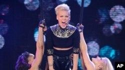 """Penyanyi pop Pink dalam salah satu pertunjukan yang menjadi bagian dari tur """"The Truth About Love"""" di taman Madison Square di New York, Maret 2013. (Foto: Dok)"""