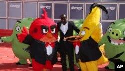 El actor Omar Sy es quien hace el doblaje del personaje Red en la película para el público que habla francés durante el festival de Cannes.
