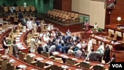 سندھ اسمبلی کے فلور پر پاکستان تحریک انصاف کے ارکان سینیٹ کے لیے ووٹںگ کے تنازع پر آپس میں لڑ پڑے۔ 2 مارچ 2021