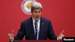 한국을 방문한 존 케리 미국 국무장관이 18일 고려대학교에서 사이버 공격에 대한 연설을 하고 있다.