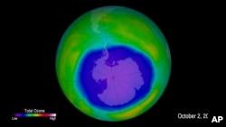 Imagen proporcionada por la Administración Nacional Oceánica y Atmosférica (NOAA) del orificio de ozono sobre la Antártida.