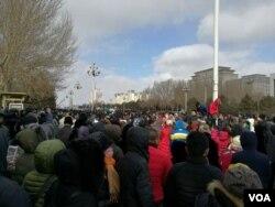 2017年2月16日,大庆市民在街头聚集。