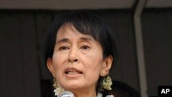 Burma democracy icon Aung San Suu Kyi gives a speech to her supporters during a visit to Bago, some 80 kms (50 miles) north of Yangon, August 14, 2011 (file photo)
