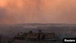 Asap mengepul pasca serangan udara terhadap posisi pemberontak Suriah di Aleppo, 2 Juni lalu (foto: dok).