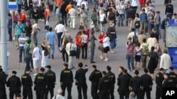 图为白俄罗斯警察今年6月22日在明斯克封锁街道的情形