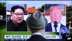 Lãnh đạo Triều Tiên Kim Jong Un (trái) và Tổng thống Mỹ Donald Trump trên truyền hình.