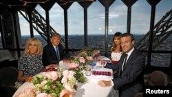 Вечеря президентських пар у ресторані в Ейфелевій вежі