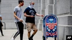 Votuesit duke hedhur votat e tyre në kutinë postare përkatëse në Filadelfia