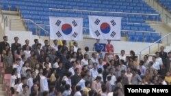 14일 북한 평양 류경 정주영체육관에서 열린 2013 아시안컵 및 아시아 클럽 역도선수권대회시상식에서 두 개의 태극기가 나란히 올라가고 있다.