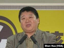 民进党发言人何博文2月22日在总部 (美国之音申华拍摄)