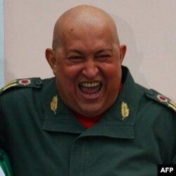 Venezuela rahbari Ugo Chavez rak bilan olishmoqda