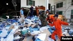 Nhân viên cứu hộ Campuchia tìm kiếm các nạn nhân tại hiện trường vụ sập xưởng giày ở ngoại ô Phnom Penh, ngày 16/5/2013.