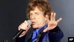 """Melanie Hamrick, bailarina estadounidense y pareja de Jagger dirigió la producción con los clásicos temas """"Paint it Black"""", """"Sympathy for the Devil"""" y """"She's a Rainbow"""". En la gráfica, Mick Jagger en Pittsburgh, Pensilvania, 20-6-15. (AP Foto/Keith Srakocic)."""
