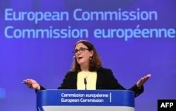 세실리아 말스트롬 EU 통상담당 집행위원이 지난 6월 벨기에 브뤼셀에서 미국의 철강 관세 부과와 관련해 기자회견을 열고 있다. 말스트롬 위원은 이 자리에서 미국의 철강 관세 부과와 중국의 특허권 침해에 대해 세계무역기구(WTO)에 소송을 제기했다고 밝혔다. (자료사진)