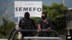 Efectivos de seguridad patrullan fuera de la morgue en Iguala, estado de Guerrero.