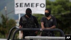Dua polisi Iguala, Meksiko melakukan patroli (foto: dok).