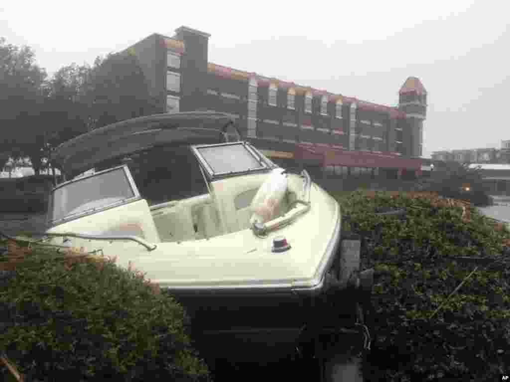 این قایق بعد از توفان فلورنس در میان درختچه های مقابل هتلی در شهر «نیو برن» آرام گرفت!