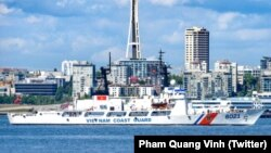 Tàu tuần duyên USCGC John Midgett đã được sơn lại mang tên và cờ Việt Nam tại Seattle, Washington, sắp được bàn giao cho Tuần duyên Việt Nam.