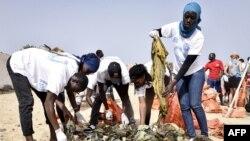 Des bénévoles gantés trient les ordures collectées sur la plage de Ngor, l'une des plus fréquentées de Dakar, à Dakar, Sénégal, 9 juin 2018