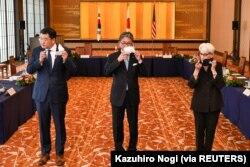 Wakil Menteri Luar Negeri Jepang Takeo Mori (tengah), Wakil Menteri Luar Negeri Pertama Korea Selatan Choi Jong-kun dan Wakil Menteri Luar Negeri AS Wendy Sherman berfoto sebelum pertemuan trilateral mereka di Tokyo, Jepang, 21 Juli 2021. (Foto: Kazuhiro