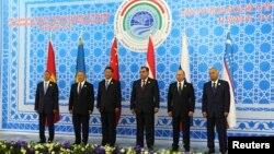 2014年9月,(从左至右)吉尔吉斯斯坦总统阿坦巴耶夫、哈萨克斯坦总统纳扎尔巴耶夫、中国国家主席习近平、塔吉克斯坦总统拉赫蒙、俄罗斯总统普京和乌兹别克总统卡里莫夫在塔吉克斯坦首都杜尚别举行的上海合作组织峰会上合影