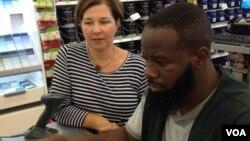 جینا شافر به کارمندش، برایان کول، آموزش میدهد