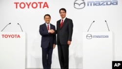 Президент Toyota Акио Тоёда и генеральный директор Mazda Масамити Когаи